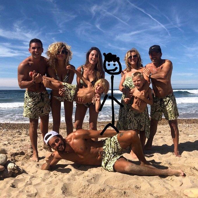Mario Casas comparte el retrato veraniego más divertido de su familia