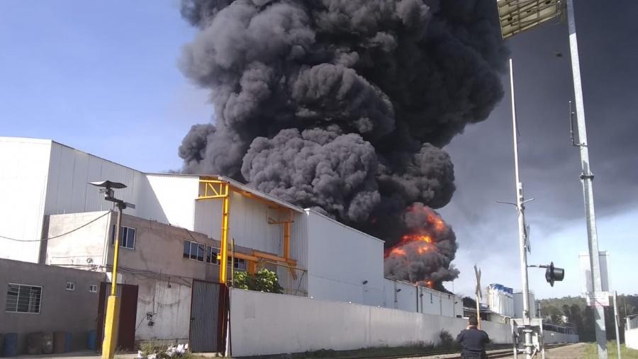 Se registra fuerte incendio en bodega de plásticos en Morelia