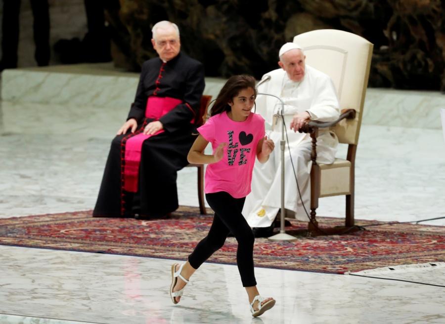 Niña roba protagonismo al Papa Francisco durante audiencia
