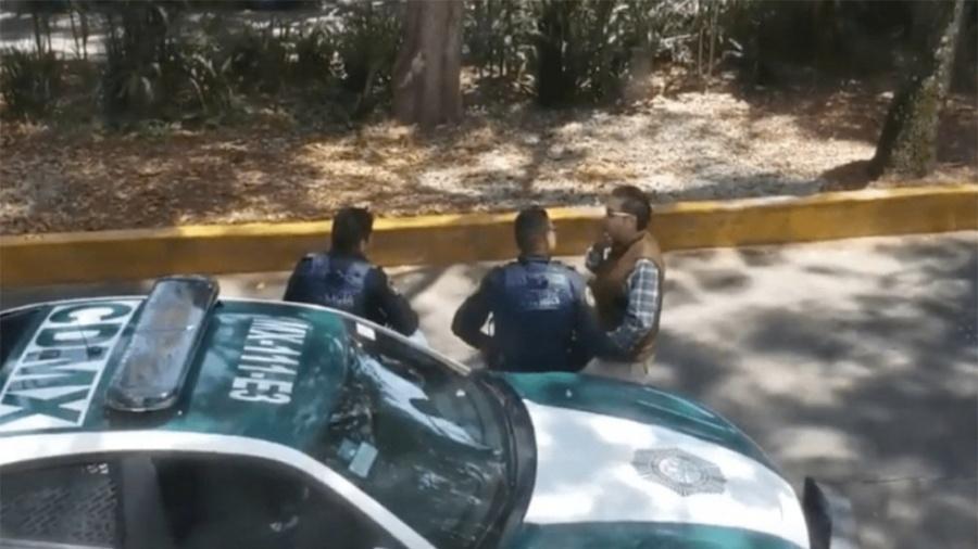 """VIDEO: Policía se persigna tras recibir """"mordida"""" en la Condesa"""