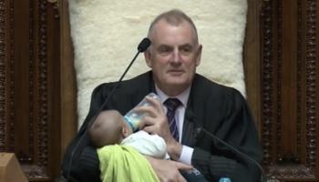 VIDEO: Presidente del Parlamento de Nueva Zelanda alimenta a bebé en pleno debate
