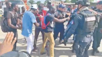 Entre jaloneos y empujones, GN somete a migrantes africanos