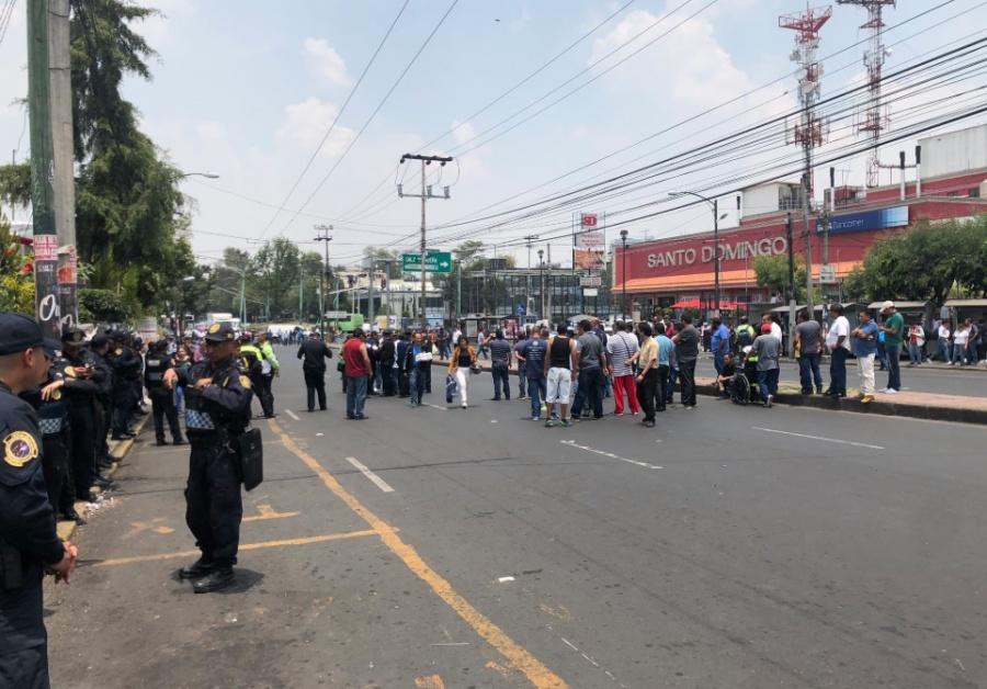 Taxistas bloquean avenida Universidad por el retiro de una base irregular