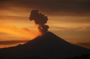 Popocatépetl registra explosión con columna de ceniza de 1.5 kilómetros