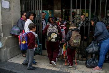 Afecta la columna vertebral de niños cargar mochilas pesadas: IMSS