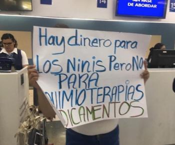 Padres de familia protestan en el AICM por falta de medicamentos para el cáncer