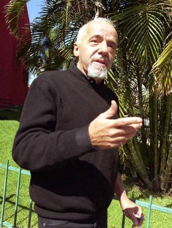Paulo Coelho pide disculpas a Francia por comentarios de Bolsonaro
