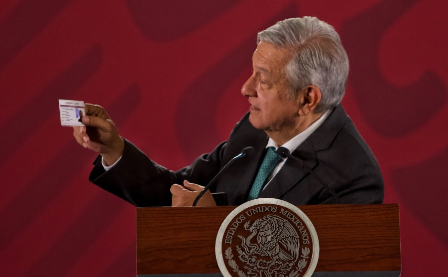 """Presume AMLO credencial del Inapam; pide aumentar pensiones a """"abuelitos"""""""