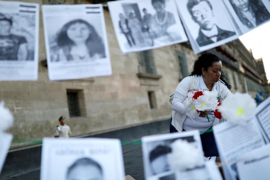 Protestan frente a Palacio Nacional por desaparición de personas