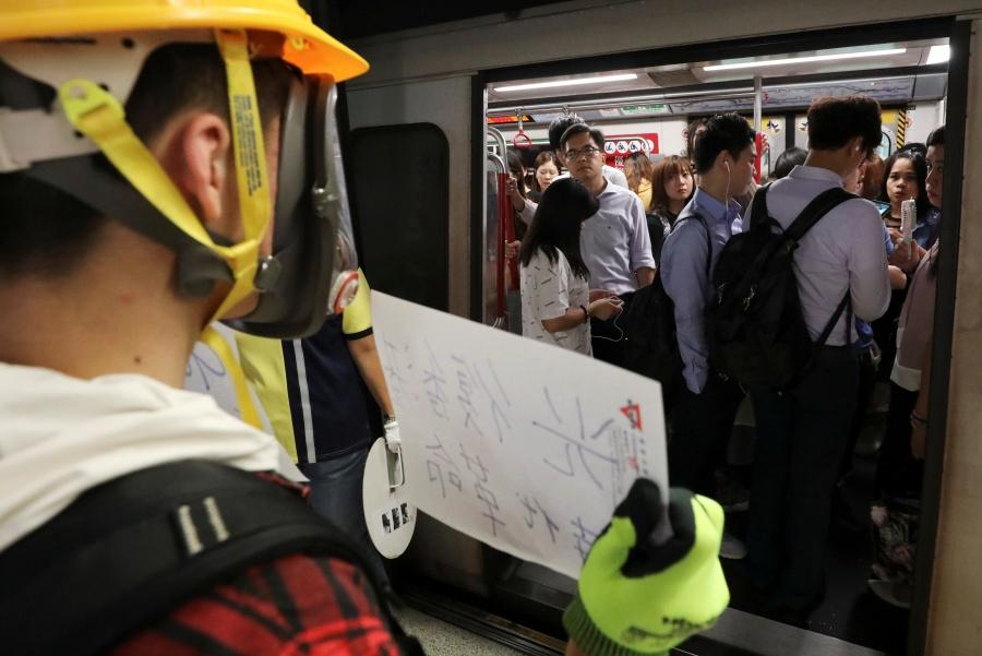 Estudiantes de Hong Kong inauguran ciclo escolar con protestas en el metro