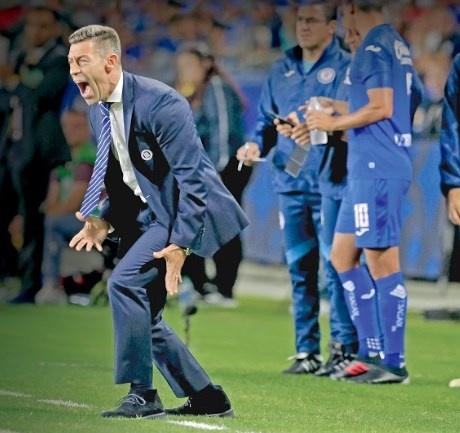 Cruz Azul cesa a Caixinha, 4to. DT que deja el Campeonato