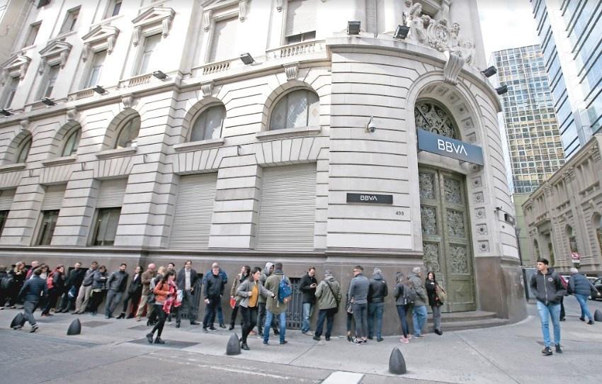 Argentinos sacan ahorros del banco tras victoria populista