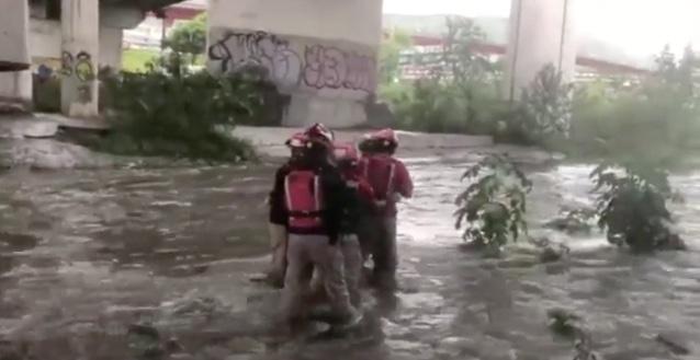 Salvan a hombre de ahogarse en el río Santa Catarina en Monterrey