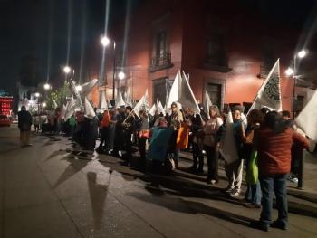 Telefonistas jubilados se manifiestan en Palacio Nacional