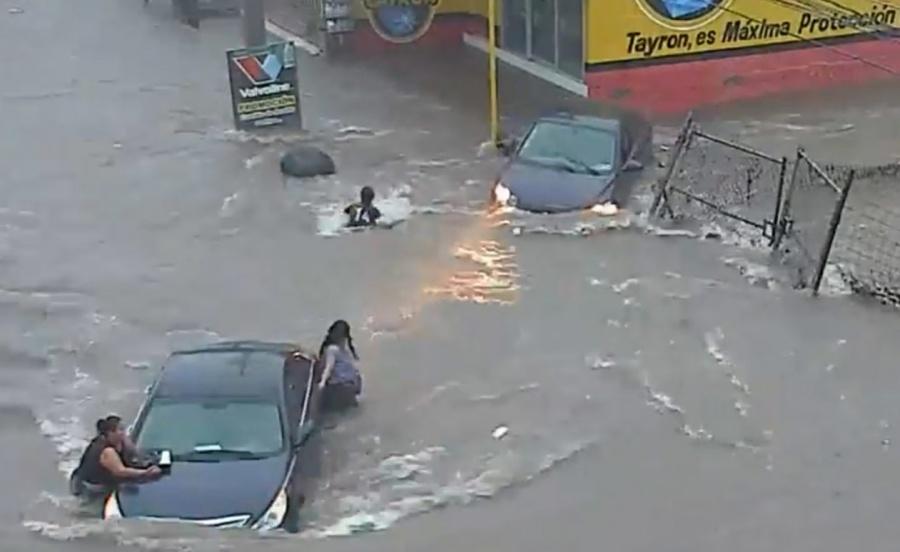 "VIDEO: Coladera ""se traga"" a mujer durante inundación en Culiacán"