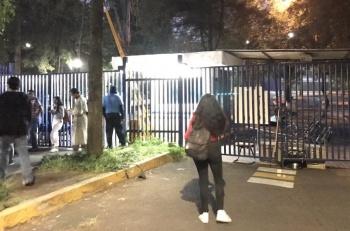 VIDEO: Encapuchados protestan por inclusión de Anaya en la UNAM; toman Facultad