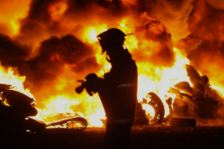 Fuerte incendio consume tiradero de llantas en Tultitlán, Edomex