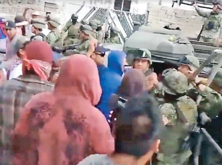 Se enfrentan más de 100 civiles con el ejército en Puebla