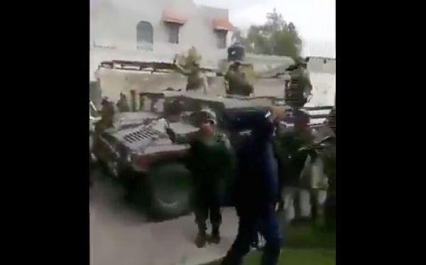 VIDEO: Pobladores agreden a militares en Acajete al intentar recuperar bodega