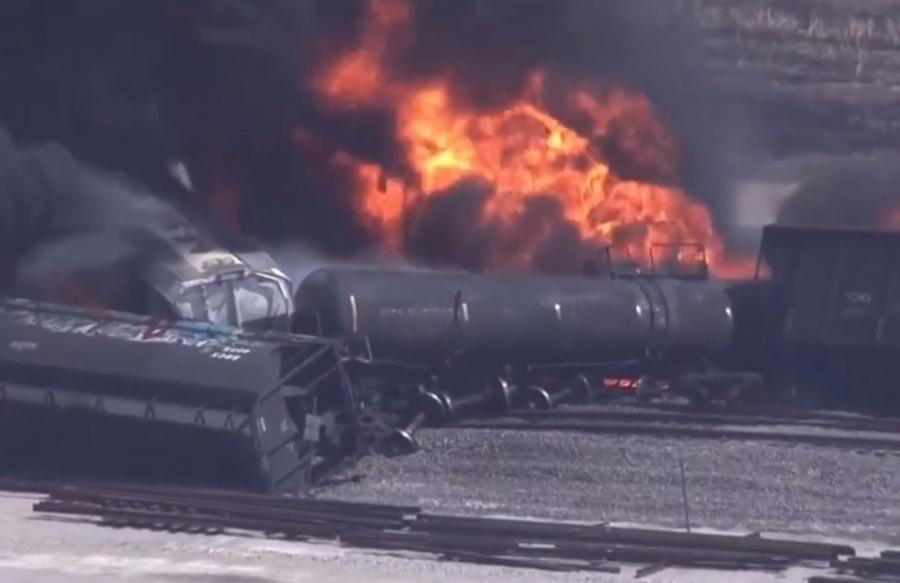 Tren descarrila y se incendia en Illinois