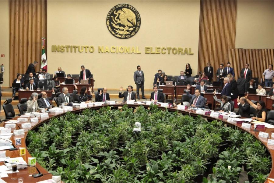 Reducir financiamiento a partidos y fortalecer la autonomía de los órganos electorales, coinciden senadores