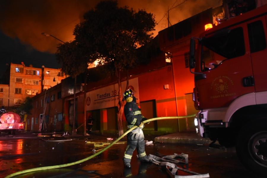 Desalojan a más de mil por incendio en tienda de Tepito