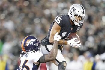 Raiders doman a Broncos en la semana uno de la NFL