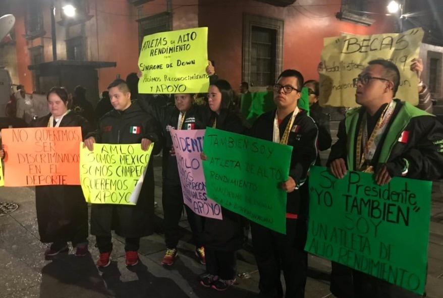 Atletas con síndrome de Down protestan en Palacio Nacional; exigen apoyo económico