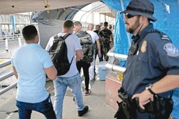 Corte de EU aprueba que nieguen asilo a migrantes
