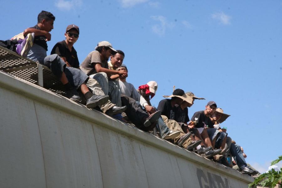 Rescatan a 314 migrantes y procesan a tres por transportar indocumentados