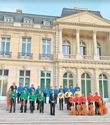 Talento del coro Azteca deslumbra en París