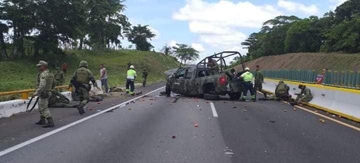 Camioneta de la Sedena se vuelca en Veracruz