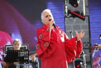 """A ritmo de """"La Paloma"""" recuerda Eugenia León a Toledo y los 43 de Ayotzinapa"""