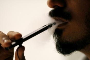 Nueva York prohíbe cigarrillos electrónicos tras casos de muerte