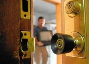 Pese a vigilancia, roban casa de vecinos de alcalde de MH