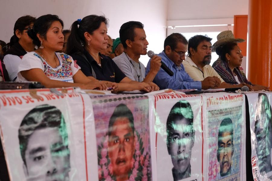 Padres de los 43 normalistas de Ayotzinapa se reúnen con Gertz Manero