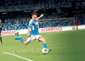 Con Chucky Lozano de titular, Napoli aplasta al campeón del torneo