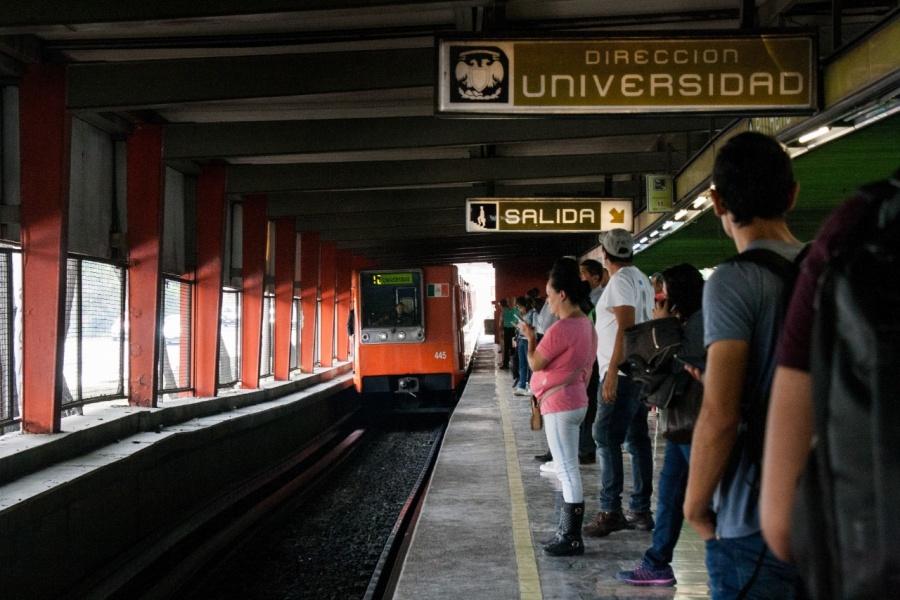 Hombre corre por vías del Metro en Línea 3