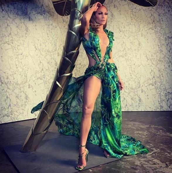 Jennifer Lopez se lleva el show en Versace con vestido del año 2000