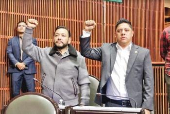Serrano pide minuto de silencio con puño en alto