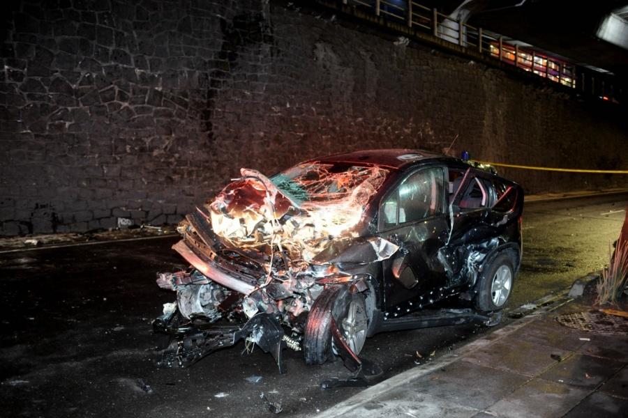 Un muerto y dos heridos al caer un auto del segundo piso de Periférico