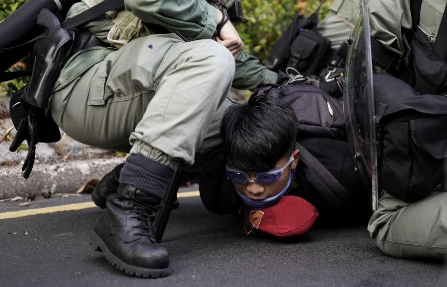 VIDEO: Policías y manifestantes se enfrentan en centro comercial de Hong Kong