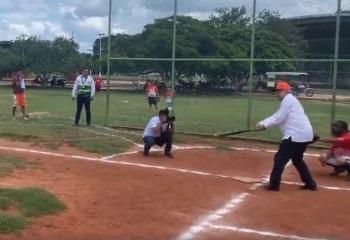 VIDEO: AMLO hace una parada en Yucatán para jugar softbol
