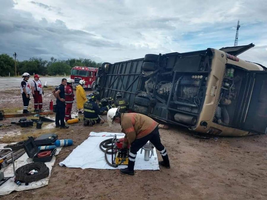Volcadura de autobús en Sonora deja 6 muertos y decenas de heridos