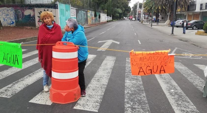Vecinos mantienen bloqueo en Calzada de la Viga por falta de agua