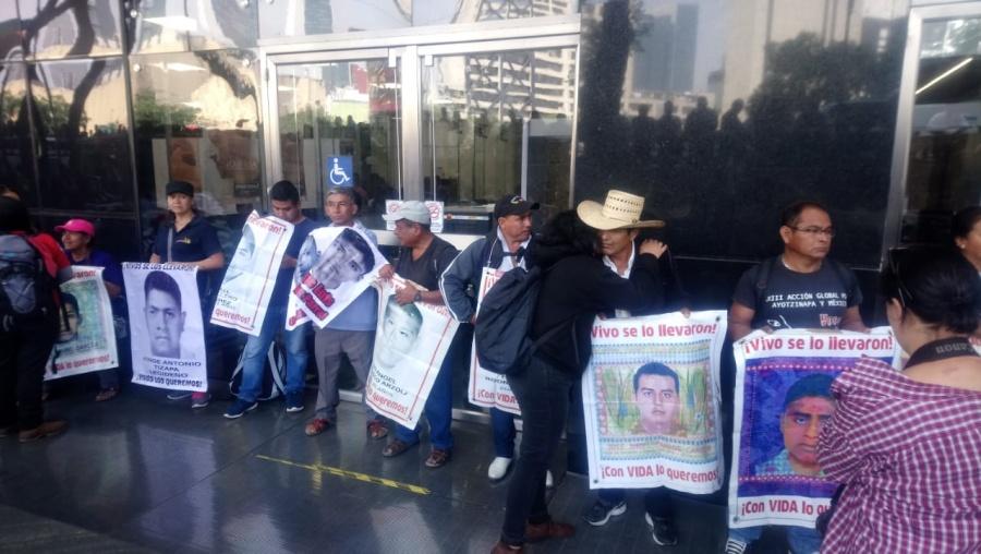 Familiares de normalistas de Ayotzinapa exigen resultados en la FGR