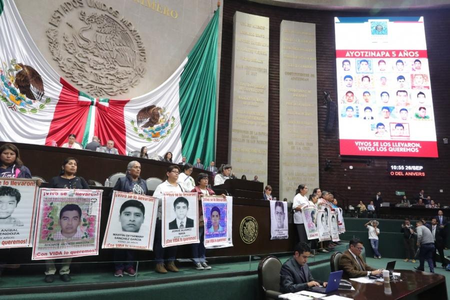 Señalan padres de los 43 desaparecidos a diputados que también ellos tienen la oportunidad para dar con su paradero