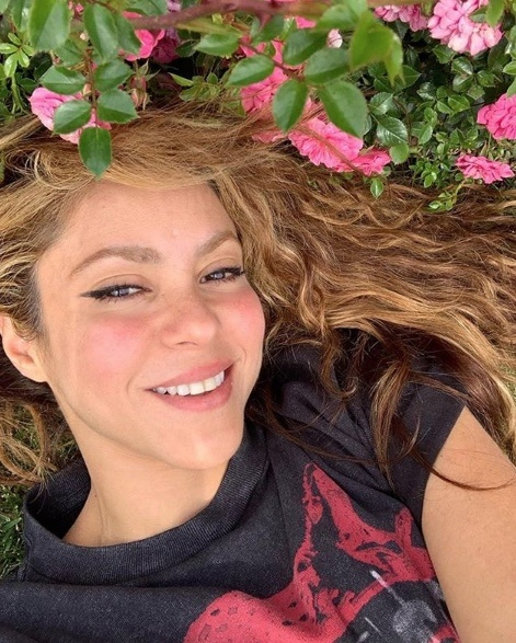 "Llueven críticas a conductora por llamar a Shakira como ""la esposa de Piqué"""