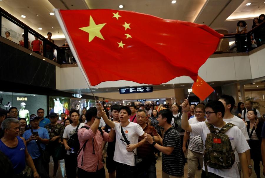 Voluntarios hongkoneses cuidarán bandera china ante protestas