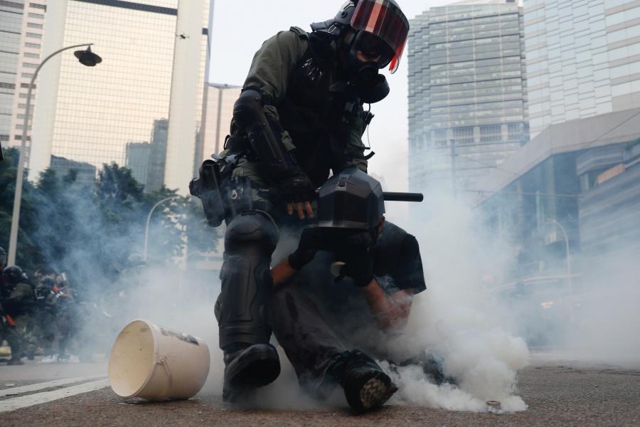 Policía se enfrenta a manifestantes prodemocracia en Hong Kong